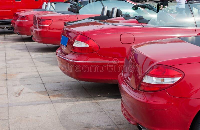 Rij van rode cabriolets royalty-vrije stock afbeeldingen