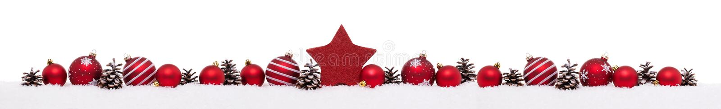 Rij van rode Kerstmisballen met dozen van de Kerstmis de huidige gift royalty-vrije stock foto's