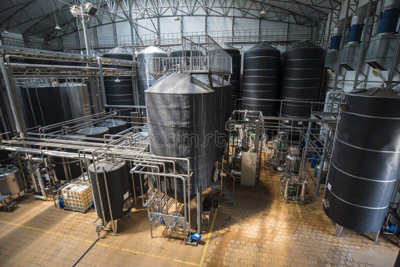 Rij van roestvrije tanks in microbrewery stock foto