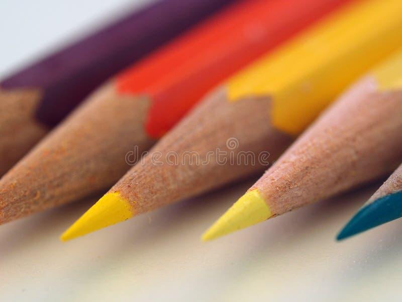 Rij van scherp gekleurde pennen stock afbeeldingen