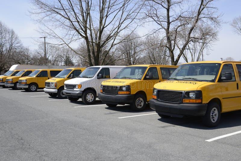 Rij van schoolbestelwagens stock afbeeldingen