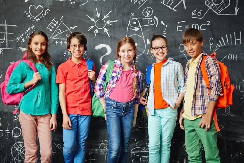 Rij van schoolkinderen stock afbeelding
