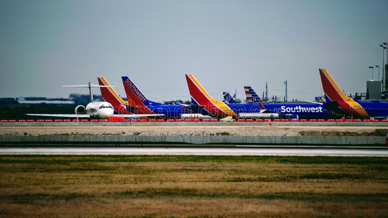 Rij van Southwest Airlines-vliegtuigen bij hun poorten worden geparkeerd die royalty-vrije stock fotografie