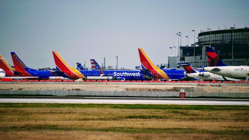 Rij van Southwest Airlines-vliegtuigen bij hun poorten worden geparkeerd die royalty-vrije stock foto's
