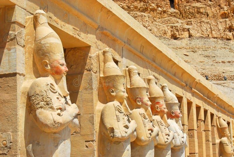 Rij van standbeelden Osiris bij tempel Hatshepsut royalty-vrije stock foto