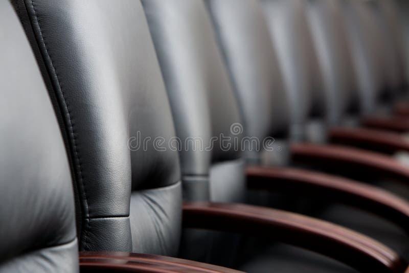Rij van stoelen stock afbeeldingen