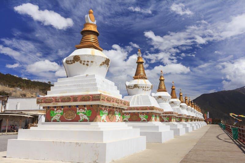 Rij van stupas bij de poort van Deqing-stad, Yunnan, China stock afbeeldingen