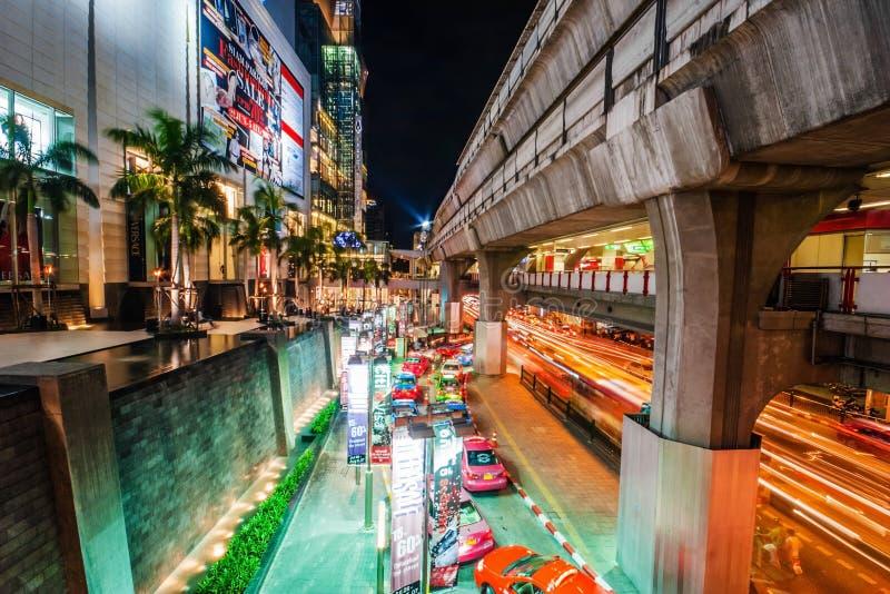 Rij van taxis die op klanten dichtbij Siam Paragon Shopp wachten stock afbeeldingen