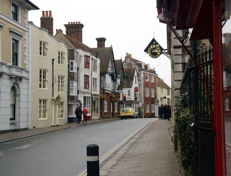 Rij van typische Engelse huizen met traditionele straten en architectuur in een kleine stad stock afbeeldingen
