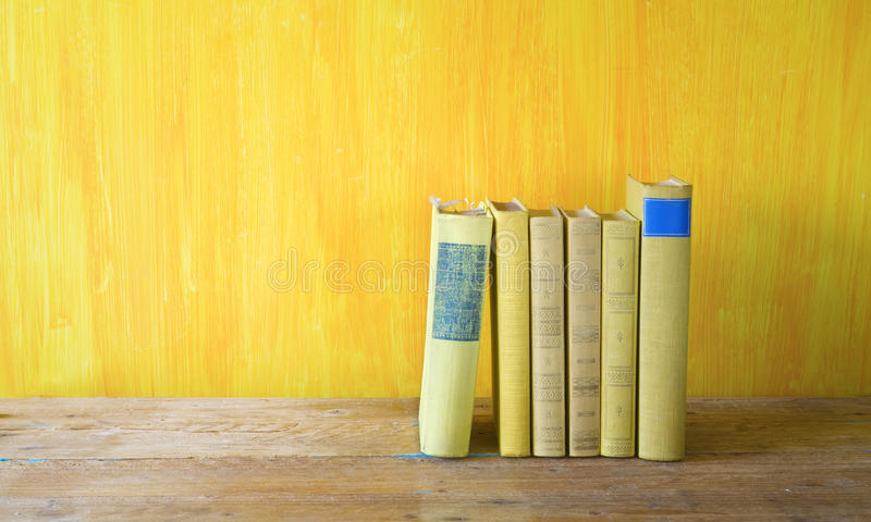 Rij van uitstekende boeken royalty-vrije stock foto's