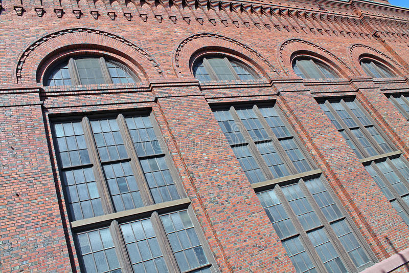 Rij van Vensters op een Rood Baksteengebouw stock foto's