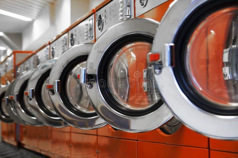 Rij van wasmachines in laundromat royalty-vrije stock afbeeldingen