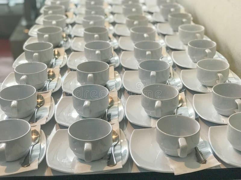 Rij van witte kop van koffie royalty-vrije stock afbeeldingen