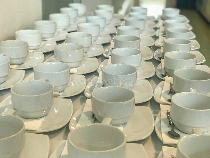 Rij van witte kop van koffie stock foto