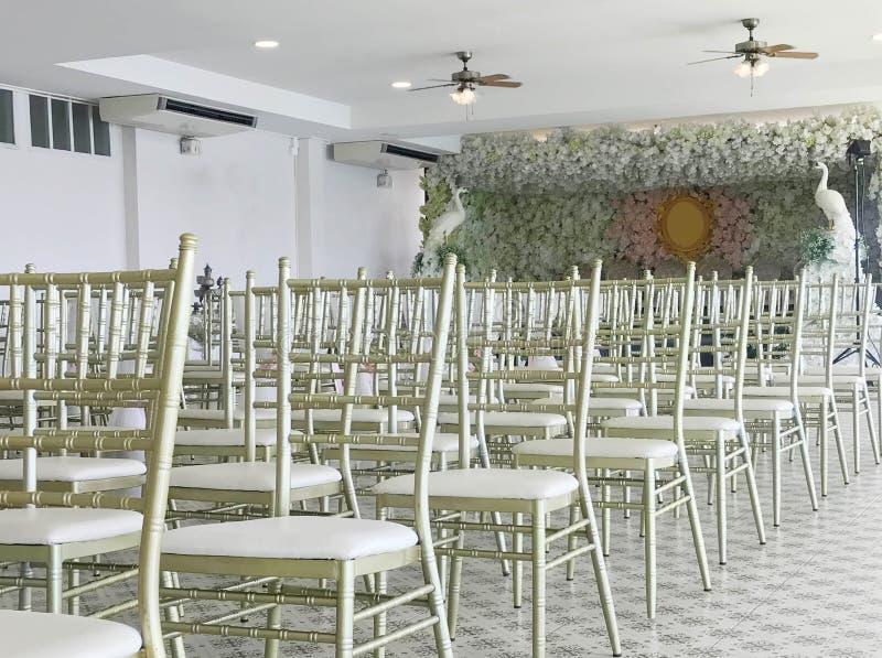 Rij van witte stoelen in huwelijksceremonie stock fotografie