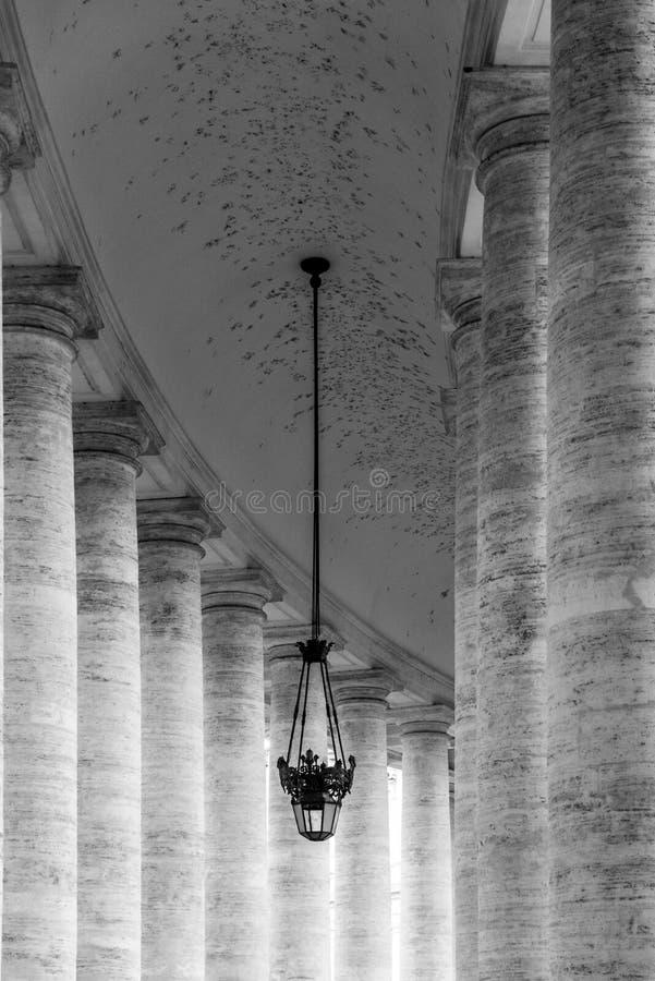 Rij van witte travertijnkolommen Monumentale Dorische colonnade van St Peters Square in de Stad van Vatikaan stock afbeelding