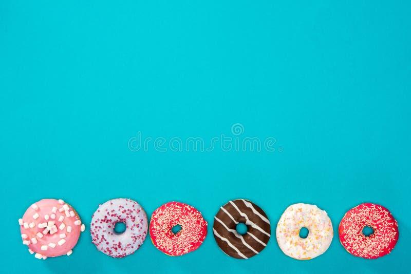 Rij van zoete donuts royalty-vrije stock foto's