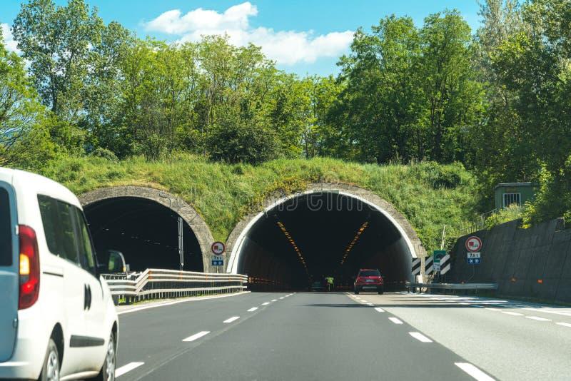 rijden met de auto op busy Highway Road in italië royalty-vrije stock afbeeldingen