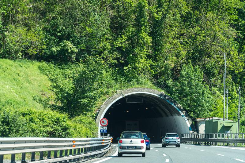 rijden met de auto op busy Highway Road in italië stock fotografie