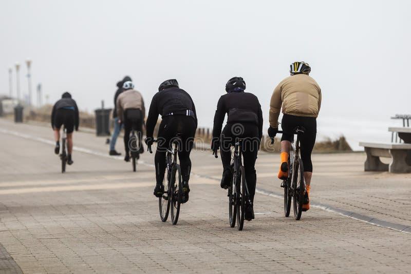 Rijders op de duinen in Nederland op een stormachtige dag stock afbeeldingen