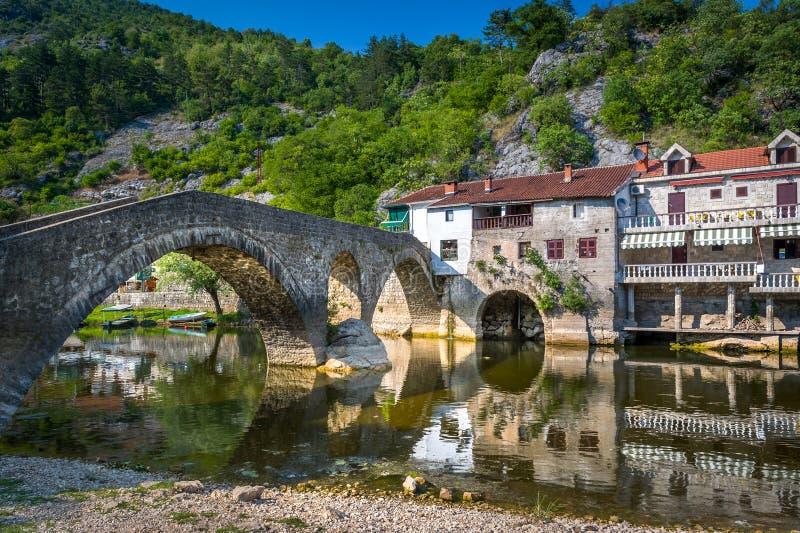 Rijeka Crnojevica gammal stad och bro royaltyfria foton
