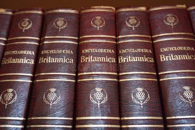 Rijeka, Croácia, o 25 de setembro de 2018 Livros de Britannica da enciclopédia alinhados na estante da biblioteca fotografia de stock