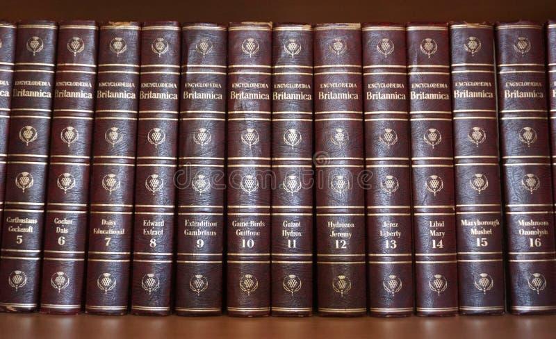 Rijeka, Croacia, el 25 de septiembre de 2018 Una serie de enciclopedia Britannica, vista delantera de los libros imagen de archivo