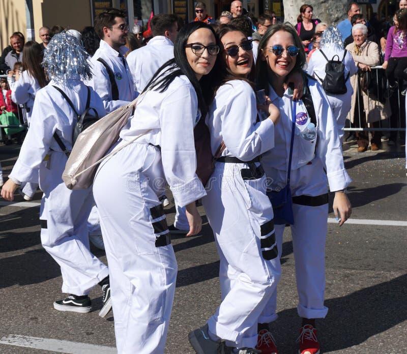 Rijeka, Croatie, le 3 mars 2019 Trois jeunes filles de sourire posant sur le défilé de carnaval photos libres de droits