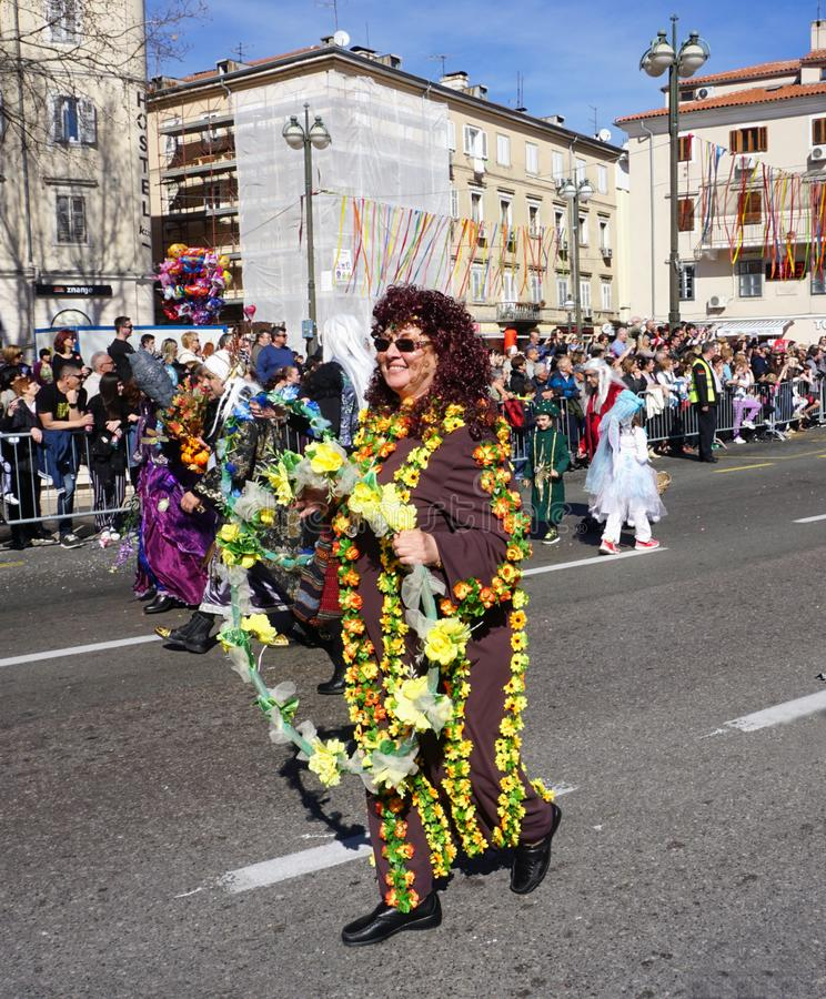 Rijeka, Croazia, il 3 marzo 2019 Sorridendo e donna mascherata sul carnevale di Rijeka fotografia stock libera da diritti
