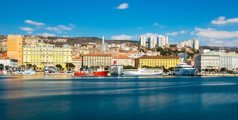 Rijeka Kroatien: Cityscape av den Rijeka hamnen royaltyfria foton