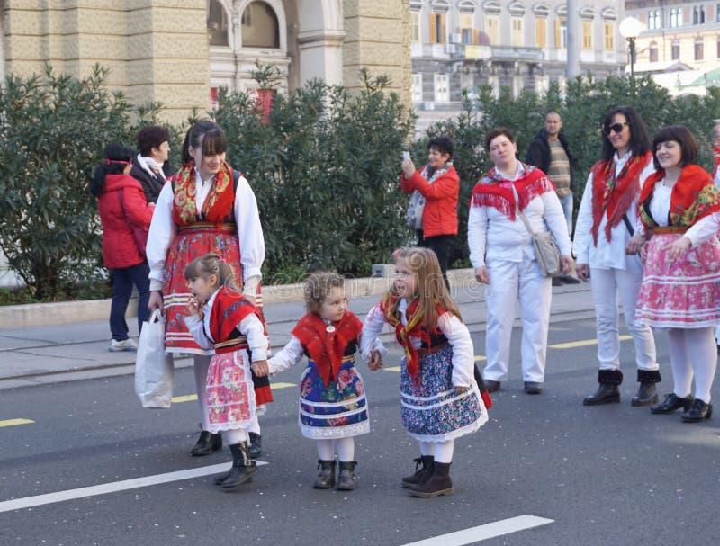 Rijeka Kroatien, mars 3rd, 2019 Tre härliga små flickor förbereder sig för karnevalet ståtar fotografering för bildbyråer