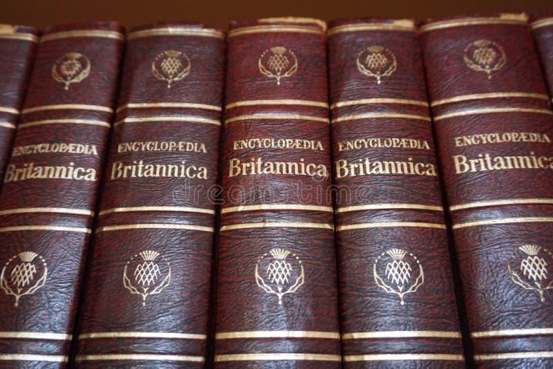 Rijeka Kroatien, September 25, 2018 EncyklopediBritannica böcker som fodras på arkivbokhyllan arkivbild