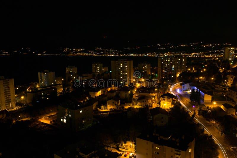 Rijeka vid natten, Kroatien arkivbild