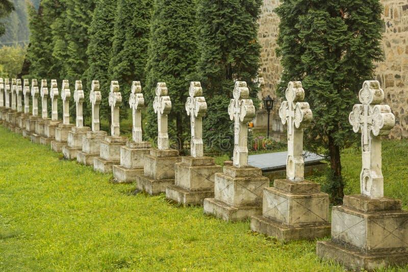 Rijen met oude stenenkruisen stock afbeelding