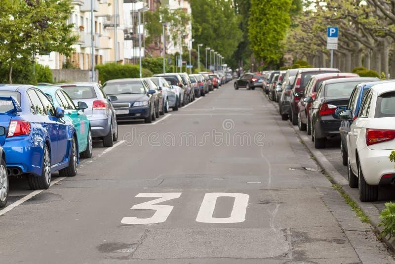 Rijen van auto's op de kant van de weg in woondistrict worden geparkeerd dat stock afbeelding