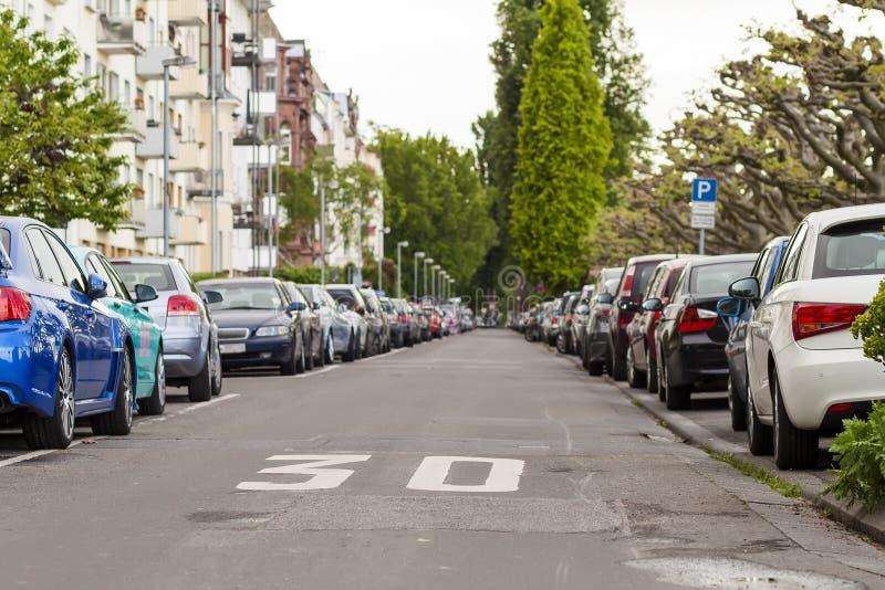 Rijen van auto's op de kant van de weg in woondistrict worden geparkeerd dat stock foto's