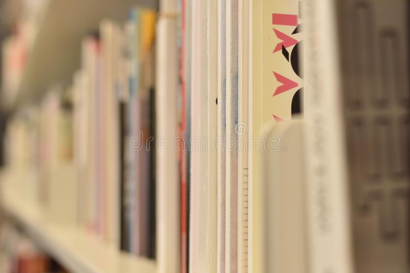 Rijen van boeken op witte boekenrekken royalty-vrije stock foto's
