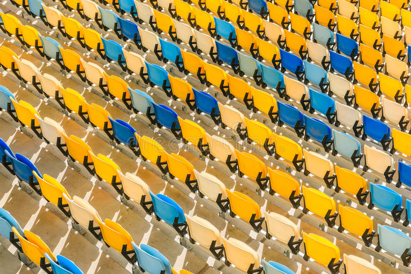 Rijen van de gele en blauwe achtergrond van stadionzetels stock foto