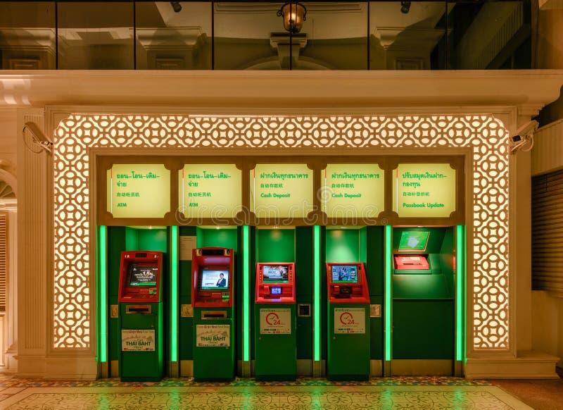 Rijen van de de tegenbank of k-Bank van Kasikorn voor storting en contant geld met verlichting bij nacht royalty-vrije stock foto