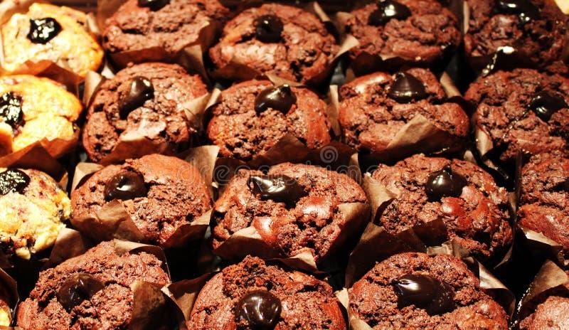 Rijen van donkere bruine chocolademuffins stock foto