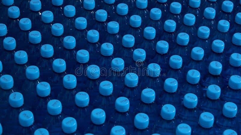 Rijen van flessen met water royalty-vrije stock fotografie