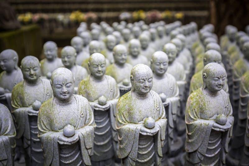 Rijen van gelijkaardige Japanse Jizo-beeldhouwwerken royalty-vrije stock fotografie