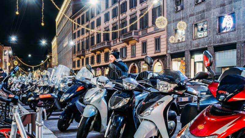 Rijen van geparkeerde scooters in Milaan bij nacht Vespas is een iconisch Italiaans type van vervoer gemeenschappelijk in Italië royalty-vrije stock foto's
