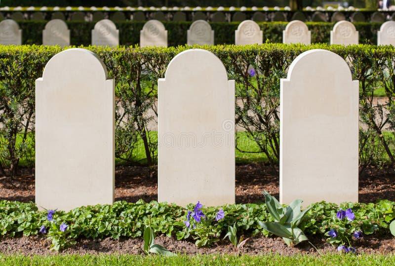 Rijen van grafstenen stock foto's
