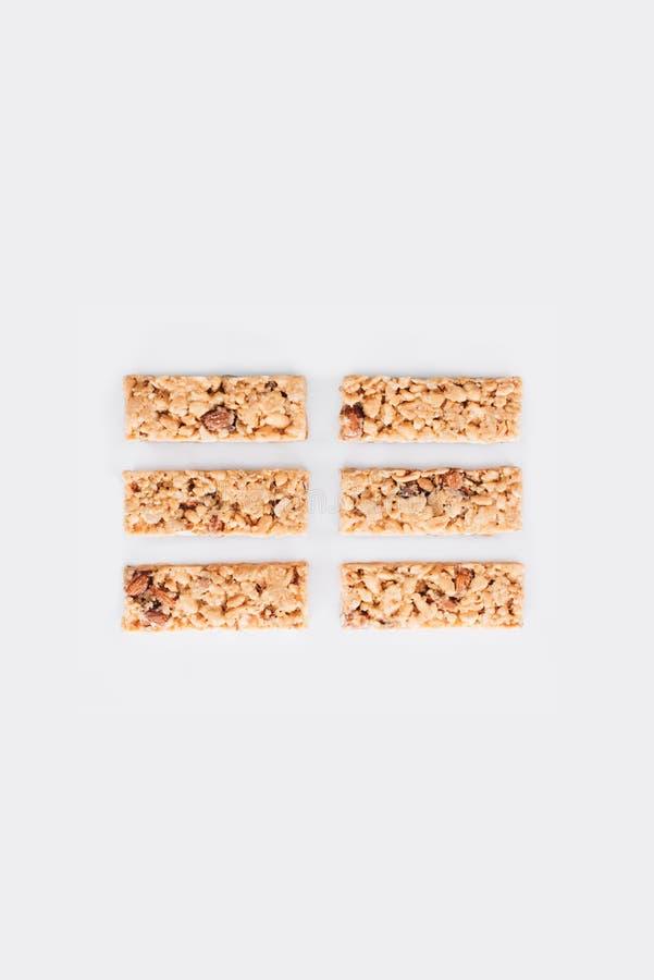 Rijen van granolabars op wit worden geïsoleerd dat stock afbeelding