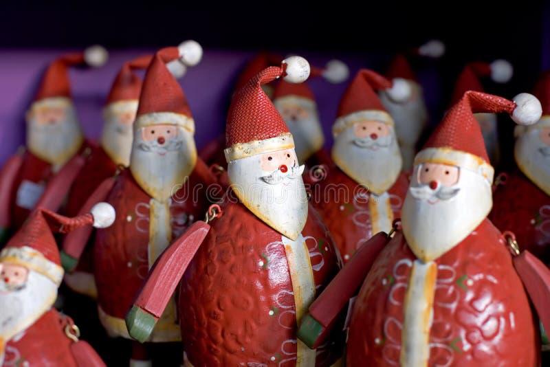 Rijen van grappige santas voor verkoop op een plank stock foto