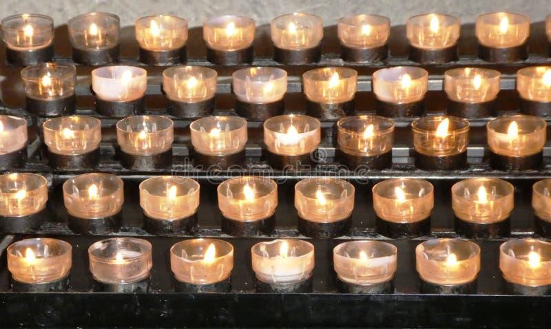 Rijen van het branden van kerkkaarsen royalty-vrije stock fotografie