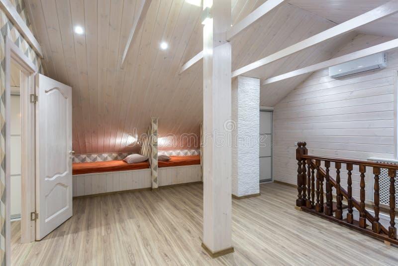 Rijen van houten bedden in een moderne ecoherberg met belevingswaarde royalty-vrije stock foto's