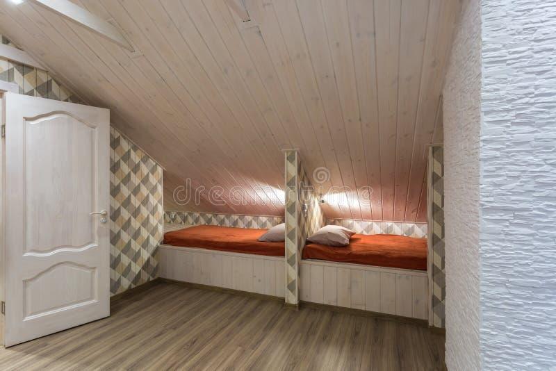 Rijen van houten bedden in een moderne ecoherberg met belevingswaarde stock foto