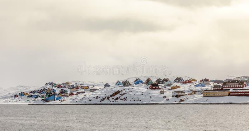 Rijen van Inuit-huizen in kleurrijk Aasiaat-stadspanorama, het Noorden Gr. stock afbeelding